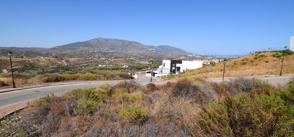 Corner plot with sea view in La Cala Golf